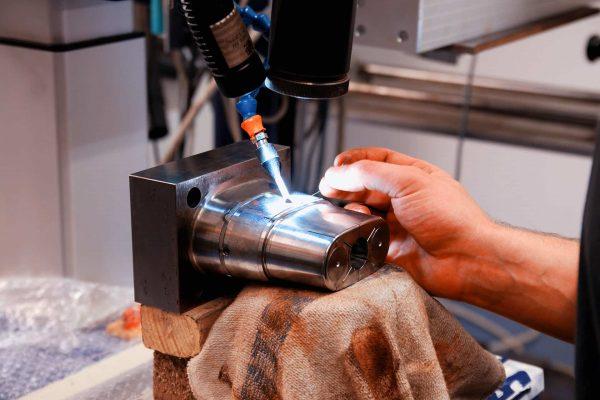 Bei uns werden Ihre Werkstücke auf einer modernen Anlage von erfahrenen Werkzeugmachern fachmännisch geschweißt und repariert